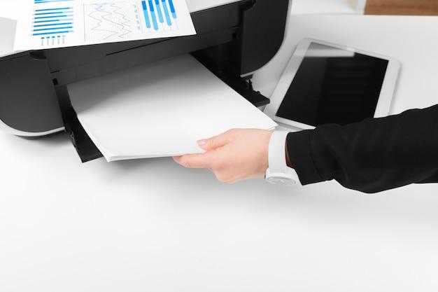 Osoba używająca drukarki do skanowania i drukowania dokumentu Premium Zdjęcia