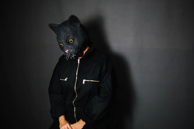 Osoba w masce kotów w ciemnym pokoju Darmowe Zdjęcia
