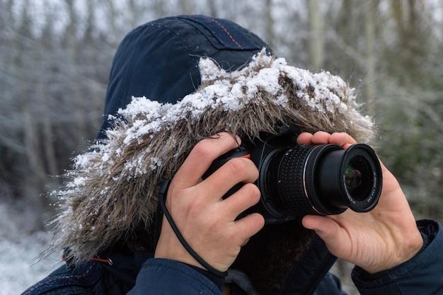 Osoba Wykonująca Zdjęcia Profesjonalnym Aparatem Darmowe Zdjęcia