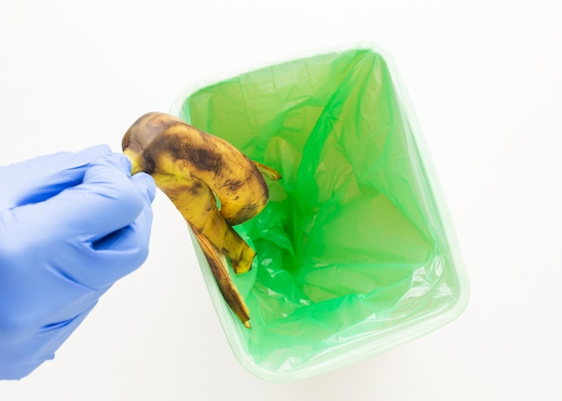 Osoba Wyrzucająca Skórkę Od Banana Do Kosza Darmowe Zdjęcia