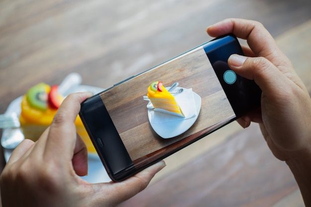 Osoba zrobić zdjęcie deserowe Premium Zdjęcia