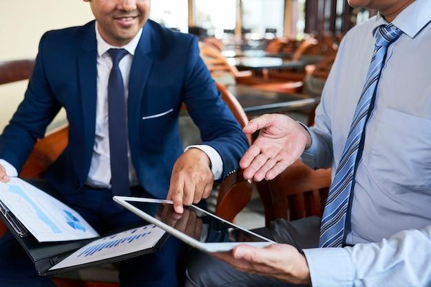 Osoby Pracujące Online Na Komputerze Typu Tablet Premium Zdjęcia