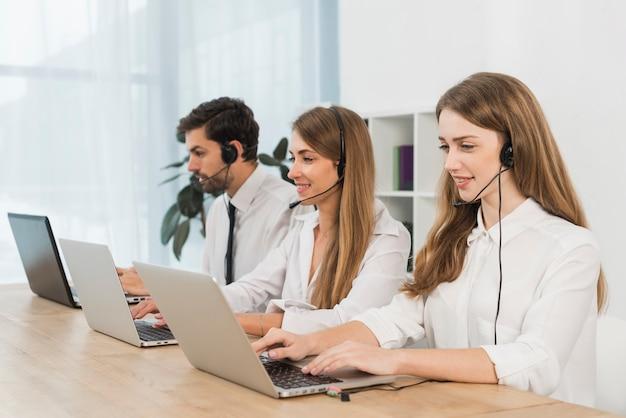 Osoby Pracujące W Call Center Premium Zdjęcia