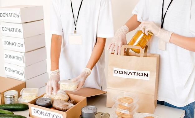 Osoby Przygotowujące Na Datki Pudełko I Torbę Na żywność Darmowe Zdjęcia