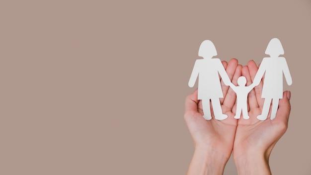 Osoby Trzymającej W Ręce Cute Rodziny Papieru Z Miejsca Kopiowania Darmowe Zdjęcia