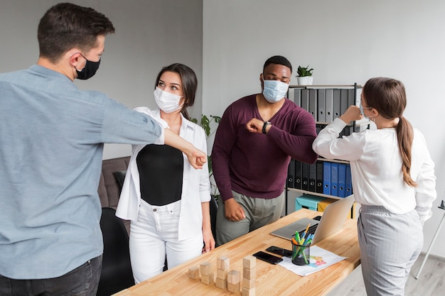 Osoby W Biurze Podczas Pandemii Spotykające Się I Dotykające łokci Darmowe Zdjęcia