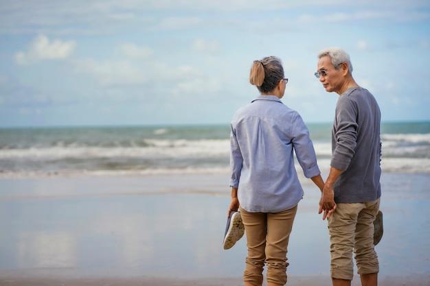 Osoby w podeszłym wieku para nad morzem Premium Zdjęcia