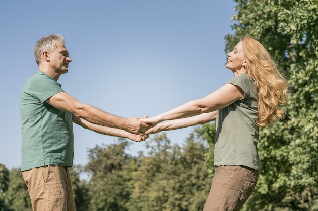 Osoby W Podeszłym Wieku Para Tańczy W Parku Darmowe Zdjęcia