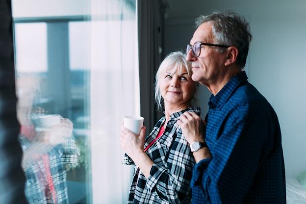 Osoby W Podeszłym Wieku Para W Domu Starców Przed Okno Premium Zdjęcia