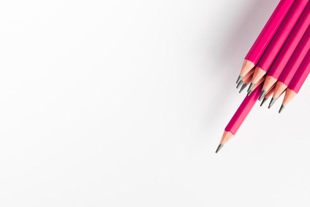 Ostra różowa ołówek wiązka przeciw białemu tłu Darmowe Zdjęcia