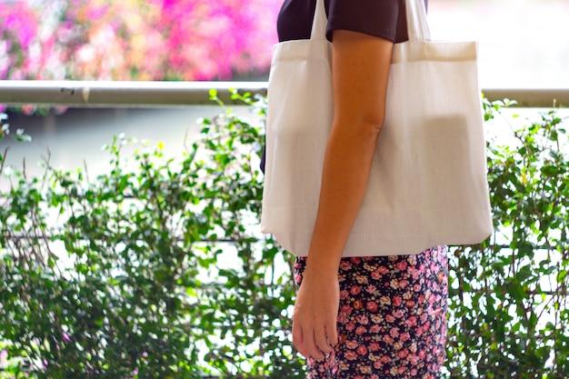 Ostrość Białe Torby Z Tkaniny I Azjatyckie Kobiety. Premium Zdjęcia