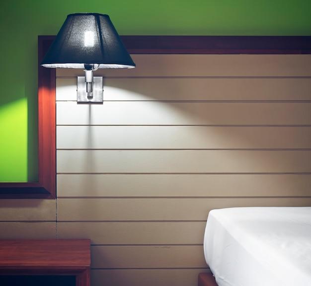 Oświetlenie Lub Lampa Na Zagłówku Na Białym łóżku I Szafce