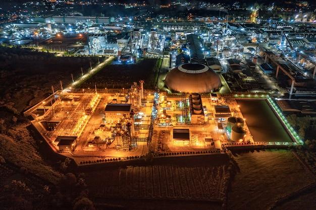 Oświetlenie Podstacji Elektrowni, Ukierunkowane Na Eksport Opakowania Papierowe I Przemysł Tektury Falistej W Nocy Premium Zdjęcia