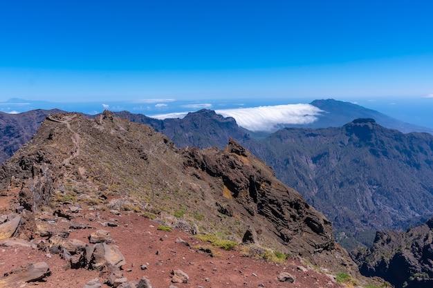 Oszałamiające Widoki Na Caldera De Taburiente W Pobliżu Roque De Los Muchachos Pewnego Letniego Popołudnia, La Palma, Wyspy Kanaryjskie. Hiszpania Premium Zdjęcia