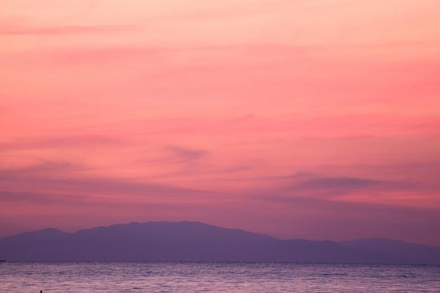 Oszałamiająco pastel menchii i purpur wschodu słońca niebo nad zatoką tajlandia z pasmem górskim w tle Premium Zdjęcia