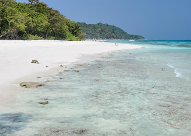 Oszałamiająco Widok Biała Piasek Plaża Tachai Wyspa, Tajlandia Premium Zdjęcia