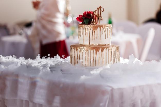 Oszałamiający tort weselny i wspaniała dekoracja Premium Zdjęcia