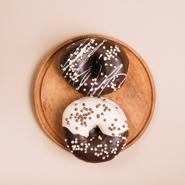Oszkleni donuts na drewnianej desce na stole Darmowe Zdjęcia
