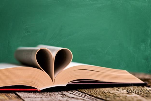 Otwarta Książka I Strony Złożone W Kształcie Serca Premium Zdjęcia