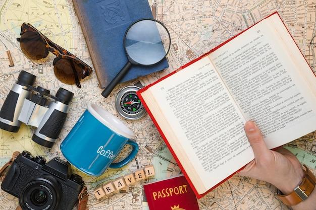 Otwarta Książka Otoczona Elementami Podróży Darmowe Zdjęcia