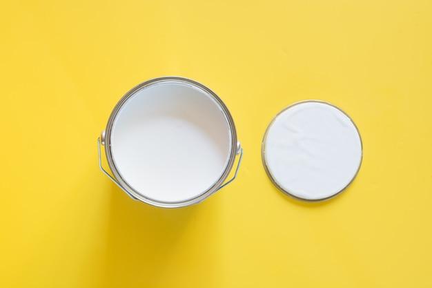 Otwarta puszka białej farby na żółto, Premium Zdjęcia