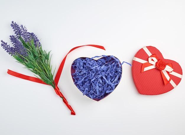 Otwarte czerwone pudełko w kształcie serca z kokardą Premium Zdjęcia