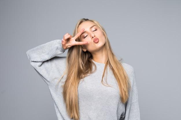 Otwarte Usta Ludzie Osoba Koncepcja Rozrywki. Bliska Portret Figlarny Podekscytowany Zabawny Radosny Pozytywny Optymistyczny Z Zębatym Uśmiechem Dziewczyna Pokazująca Znak V Na Białym Tle Na Szarym Tle Darmowe Zdjęcia