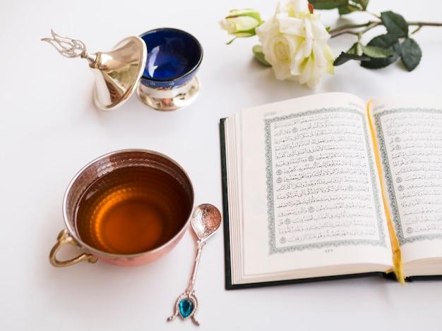 Otwarty Koran Na Zdobionym Stole Darmowe Zdjęcia