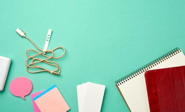 Otwarty Notatnik Z Pustymi Białymi Kartkami, Bezprzewodowymi Słuchawkami I ładowarką Premium Zdjęcia