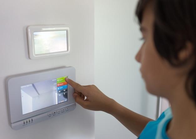 Otwieranie Drzwi Wejściowych W Domu Z Dostępem Do Wideo Premium Zdjęcia