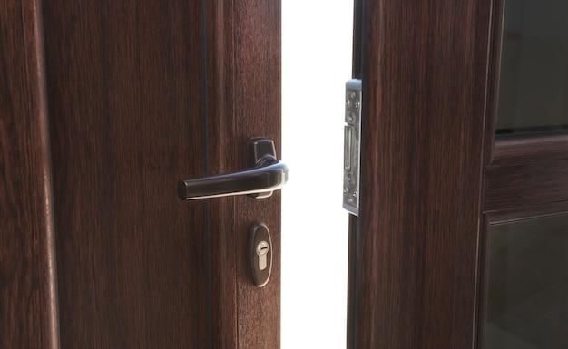 Otwórz Brązowe Plastikowe Drzwi W Domu Premium Zdjęcia