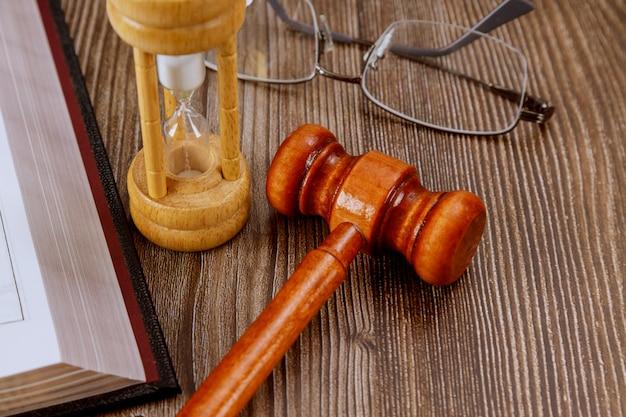 Otwórz Książkę Prawniczą Z Drewnianym Młotkiem Sędziego Na Stole W Sali Sądowej Lub W Organie ścigania. Premium Zdjęcia