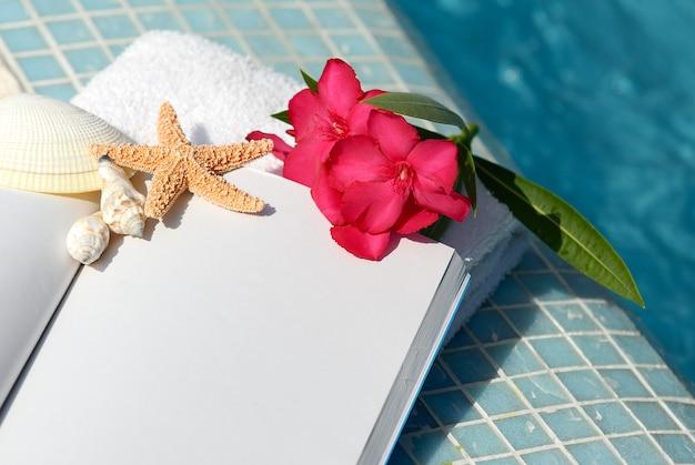 Otwórz Książkę Z Muszli, Rozgwiazdy I Różowy Kwiat Premium Zdjęcia