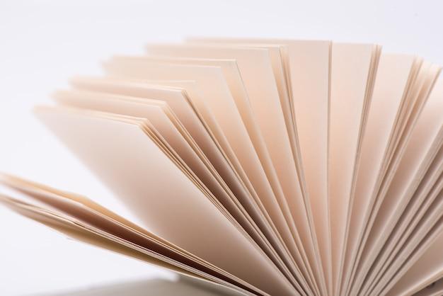 Otwórz strony książek. otwarte książek strony na białym tle, zakończenie. Premium Zdjęcia