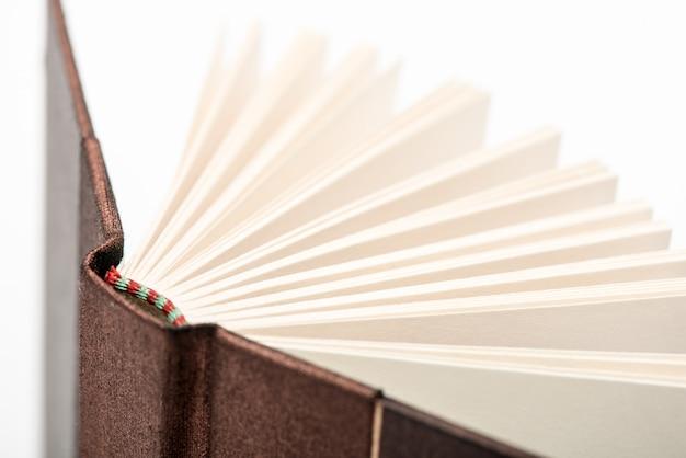 Otwórz strony książek. otwiera książkowe strony na białym tle, zakończenie. Premium Zdjęcia