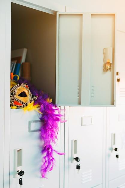 Otwórz Szafkę Z Eleganckimi Rekwizytami Karnawałowymi Darmowe Zdjęcia