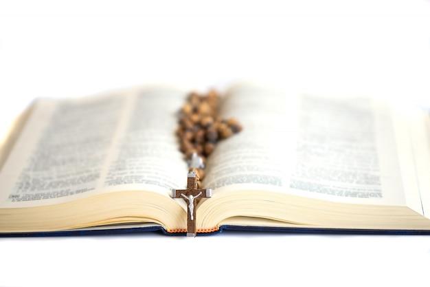 Otwórzcie Pismo święte W świetle Z Krzyżem. Koncepcja Wiary, Duchowości I Chrześcijaństwa. Premium Zdjęcia