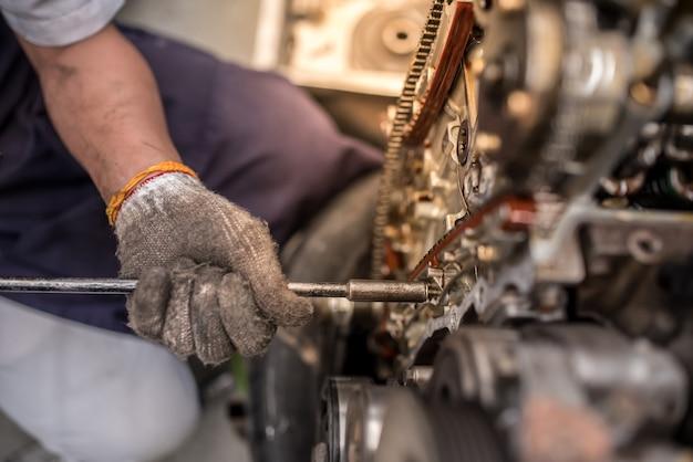 Otworzyć blok silnika i wał korbowy na stole w garażu serwisowym Premium Zdjęcia