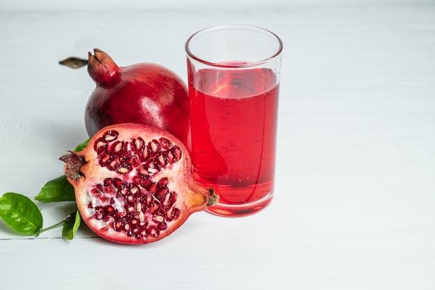 Owoc granatu i sok z granatów dla zdrowia Premium Zdjęcia