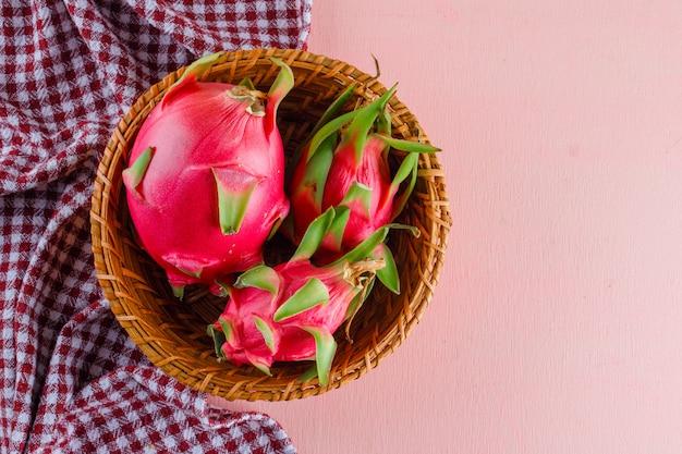 Owoc Smoka W Wiklinowym Koszu Na Różowym I Piknikowym Materiale, Leżał Płasko. Darmowe Zdjęcia