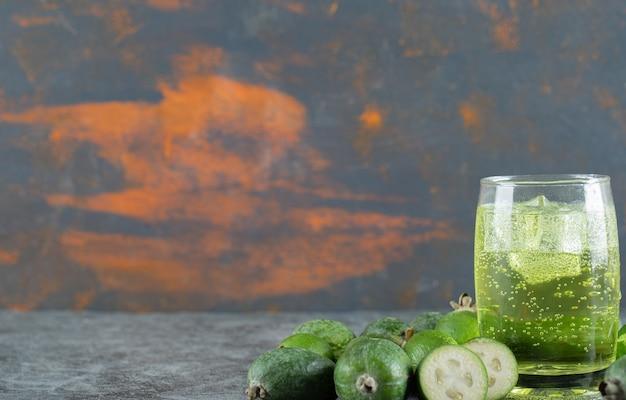 Owoce Feijoa I Szklanka Soku Na Marmurowym Stole. Darmowe Zdjęcia