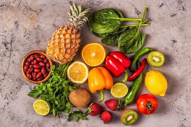 Owoce I Warzywa Bogate W Witaminę C. Zdrowe Odżywianie. Widok Z Góry Premium Zdjęcia
