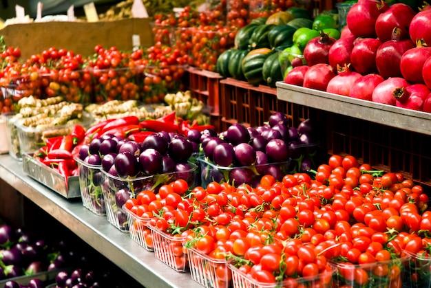 Owoce I Warzywa Na Rynku Rolników Premium Zdjęcia