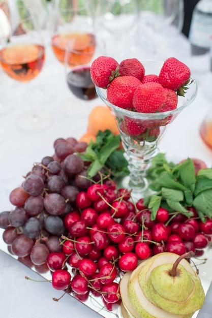 Owoce I Warzywa Na Stole Bankietowym Premium Zdjęcia