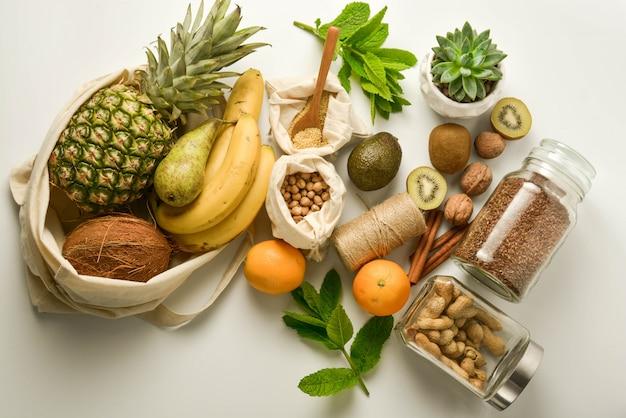 Owoce i zboża w workach tekstylnych Premium Zdjęcia