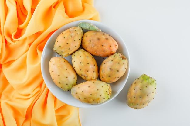 Owoce Kaktusa W Białym Talerzu Na żółtej Powierzchni Tkaniny Darmowe Zdjęcia