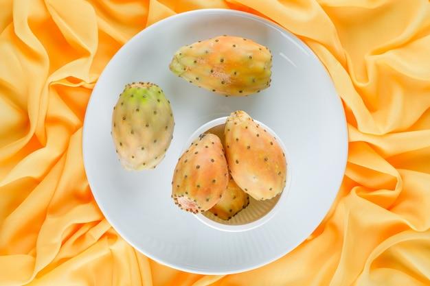 Owoce Kaktusa W Misce I Talerz Na żółtej Powierzchni Tekstylnej Darmowe Zdjęcia