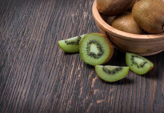 Owoce Kiwi W Misce Premium Zdjęcia
