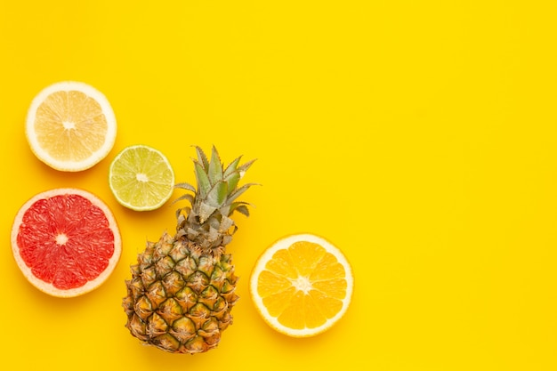 Owoce Tropikalne Ananas, Pomarańcza I Limonka Premium Zdjęcia