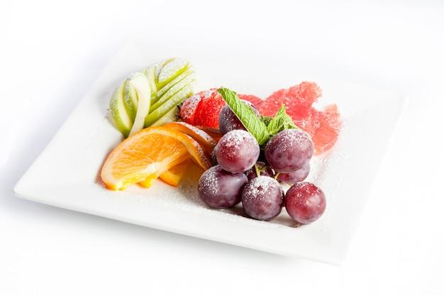 Owocowy Deser Na Kwadratowym Talerzu Na Białym Tle Premium Zdjęcia